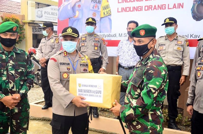 FOTO : Danrem Kolonel Inf Kav M.Zulkifli, S.IP, MM Memberikan Tali Asih Kepada Kapolres AKBP Guntur Saputro, SIK, MH, Kamis (07/05/20).