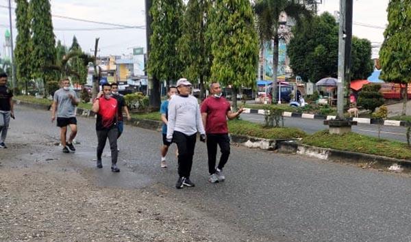 Komandan Korem 042/Gapu Brigjen TNI M. Zulkifli Saat Melakukan olahraga dengan berjalan Kaki mengelilingi kota Bangko, Selasa (15/06/21). FOTO : KOREM042/GAPU
