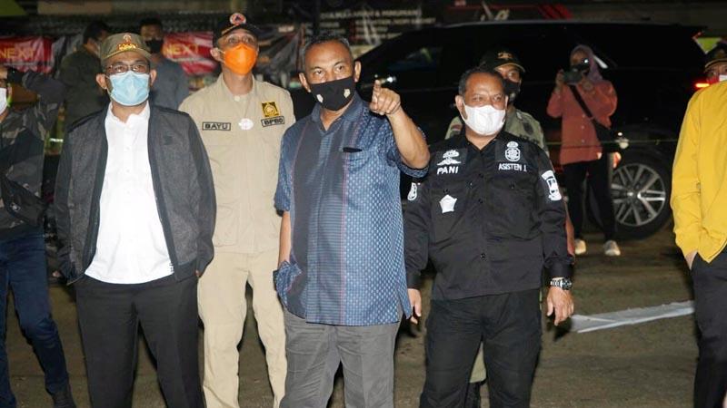 FOTO : Danrem 042/Gapu Brigjen TNI M. Zulkifli bersama Unsur FKPD Provinsi Jambi Saat Patroli Pantau Situasi Kamtibmas dan aktivitas warga Kota Jambi pada Malam Pergantian Tahun 2020 menuju 2021, Kamis (31/12/20).