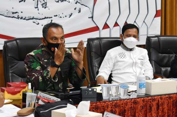 FOTO : Danrem 042/Gapu Brigjen TNI M. Zulkifli saat Rakor Pemilihan Suara Ulang (PSU) di Kantor KPU Jambi Jalan. Jend. A. Thalib No. 33 Pematang Sulur, Kec. Telanai Pura Kota Jambi, Senin (17/05/21).