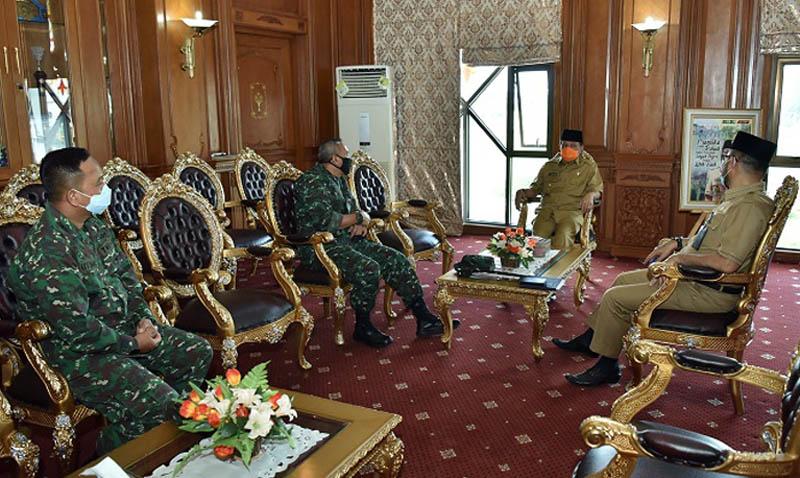 FOTO : Danrem 042 Garuda Putih Kolonel Kav. M. Zulkifli Saat Silaturrahmi dengan Gubernur Jambi, H. Fachrori Umar, Selasa (28/04/20).