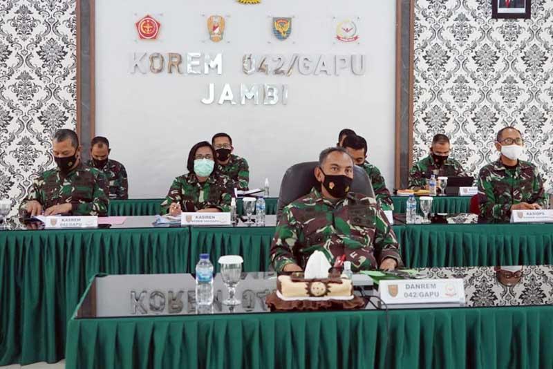 FOTO : Danrem 042/Gapu Brigjen TNI M. Zulkifli Saat Mengikuti Rapat Evaluasi Pelaksanaan Program Kerja dan Anggaran Kodam II/Swj tahun 2020 melalui Video Conference, Selasa (29/12/20).