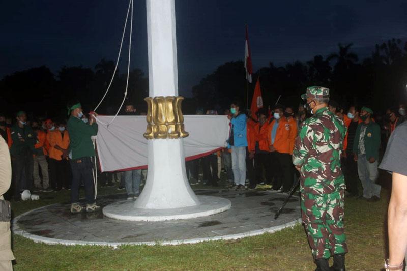 FOTO : Danrem 042/Gapu Brigjen TNI M. Zulkifli Bersama Mahasiswa Unras Menurunkan Bendera Merah Putih di Halaman Kantor Gubernur Jambi karena hari sudah menunjukan pukul 18.00 WIB.