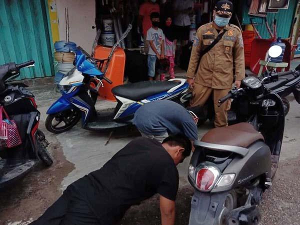 Terlihat Sejumlah Warga yang Melakukan Push Up Karena Kedapatan Tidak Memakai Masker. FOTO : BPBD Tanjabbar