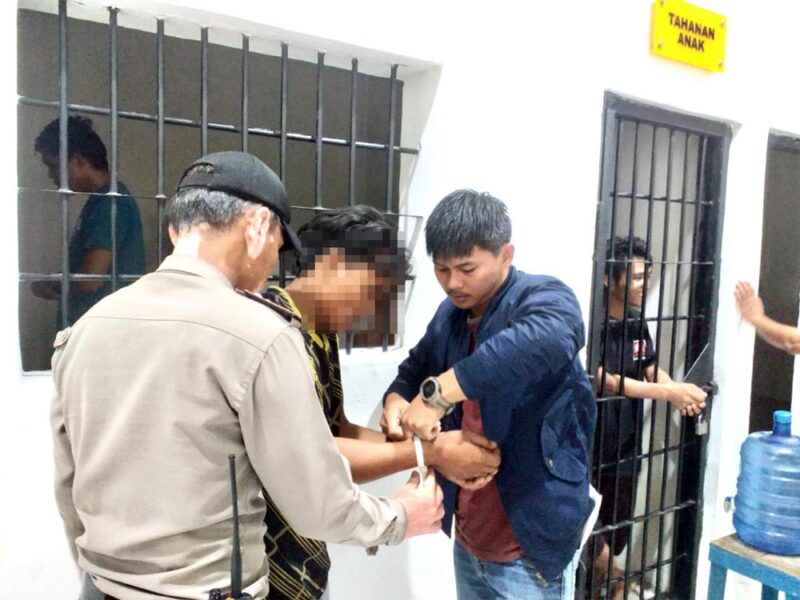 FOTO : Pelaku SL (tengah) Dibawa Petugas untuk Ditahan Di Ruang Tahanan Mapolres Tanjab Barat, Rabu (15/01/20)