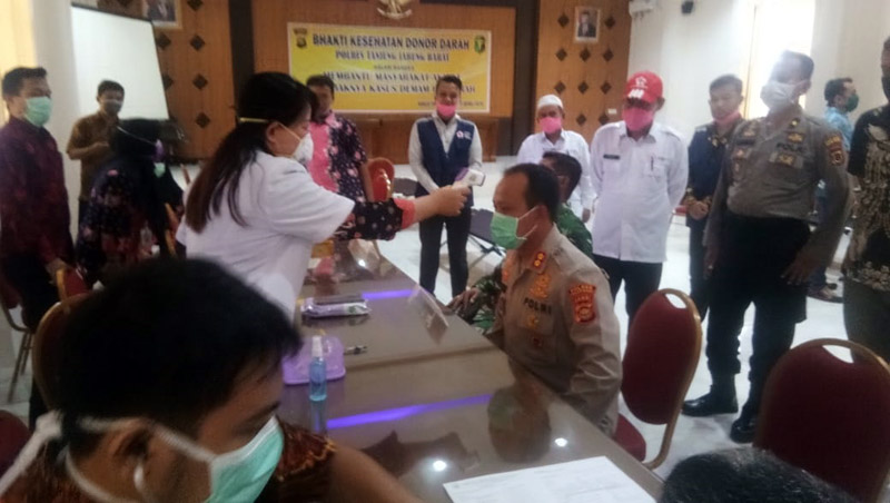 FOTO : Pelaksanaan Kegiatan Bakti Sosial Donor Darah di Mapolres Tanjung Jabung Barat, Jumat (17/04/20).