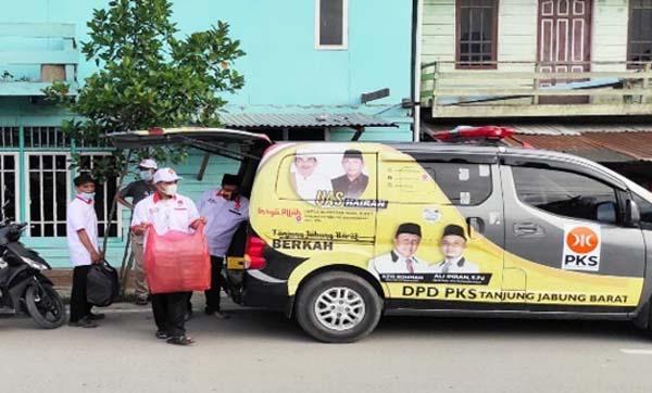 Dewan Pengurus Daerah (DPD) Partai Keadilan Sejahtera (PKS) Kabupaten Tanjab Barat, menggelar kegiatan berbagi takjil gratis untuk masyarakat di Kuala Tungkal. FOTO / Ist
