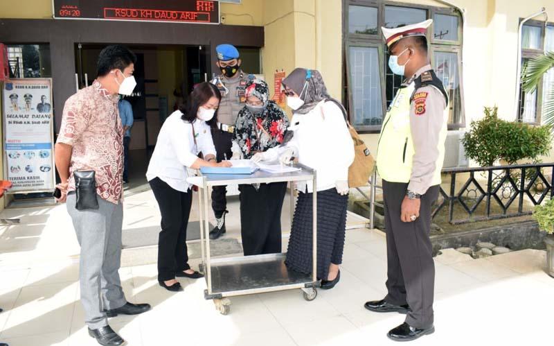 FOTO : dr. Nani Saat Menandatangai Berita Acara Penrimaan 652 buah Vaksin Sinovac untuk Rumah Sakit Umum Daerah (RSUD) Daud Arif Kuala Tungkal, Rabu (03/02/21).