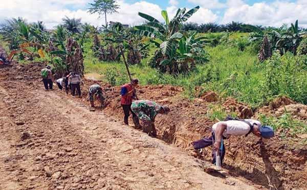 Pembuatan jalan sepanjang 6000 Meter di Desa Rampa Manunggul terus dikerjakan oleh Satgas TMMD ke 112 Kodim 1004/Kotabaru