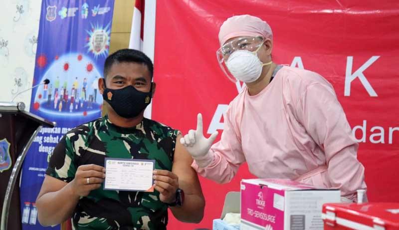 FOTO : Dandim 0419 Tanjab Letkol Inf Erwan Susanto, menjadi salah satu orang pertama yang menerima vaksin Covid-19 tahap pertama di Kabupaten Tanjab Barat, Kamis (04/02/21)