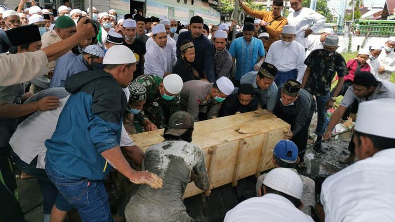 FOTO : Dandim 0419/Tanjab Letkol Inf Erwan Susanto, SIP dan Kapolres Tanjab Barat AKBP Guntur Saputro, SIK, MH menghadiri pemakaman KH. Abdullah Bin Syekh Abdul Wahab di TPU Keluarga KH Baharuddi, Jalan KH Daud Arif, Hidayat Kuala Tungkal, Sabtu (26/12/20).