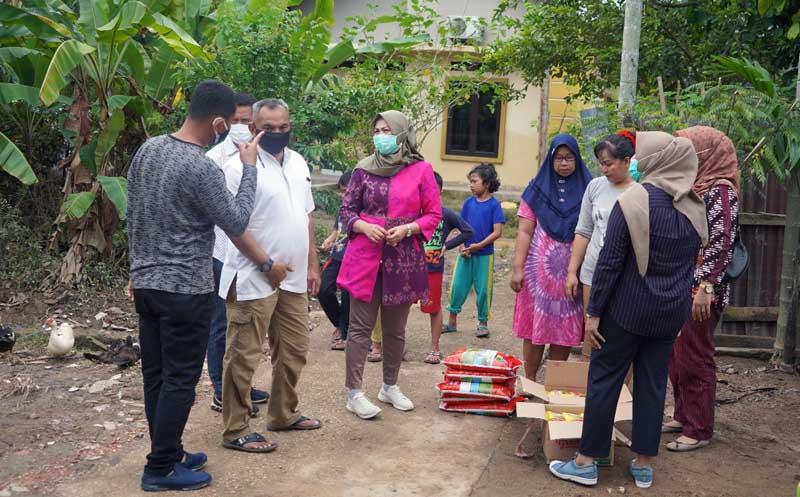 FOTO : Danrem 042/Gapu Brigjen M. Zulkifli bersama Ketua Persit KCK Koorcab Rem 042 PD II/Swj Ny. Dewi Zulkifli Memberikan Bantuan Sembako Kepada Korban Banjir Kota Baru, Jum'at (1/1/2021).