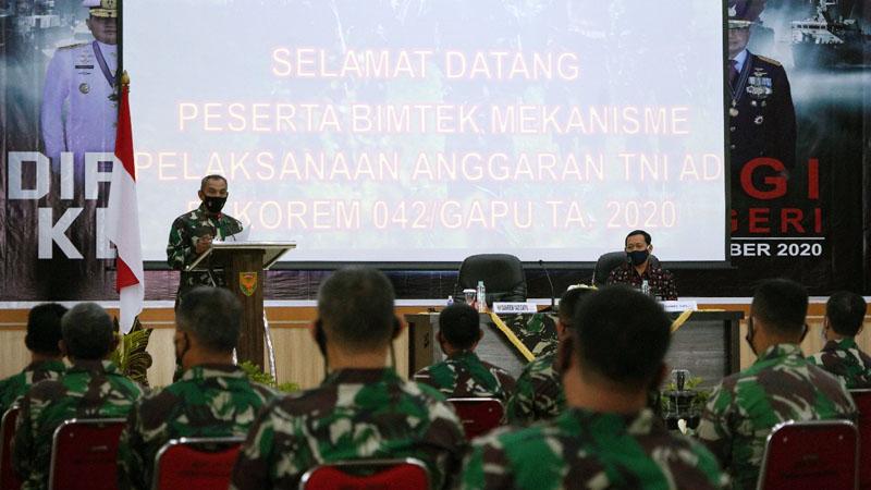 FOTO : Danrem 042/Garuda Putih Brigjen TNI M. Zulkifli membuka secara resmi kegiatan Bimtek Mekanisme Pelaksanaan Anggaran TNI AD, di Balai Prajurit Makorem 042/Gapu, Kamis (15/10/20).