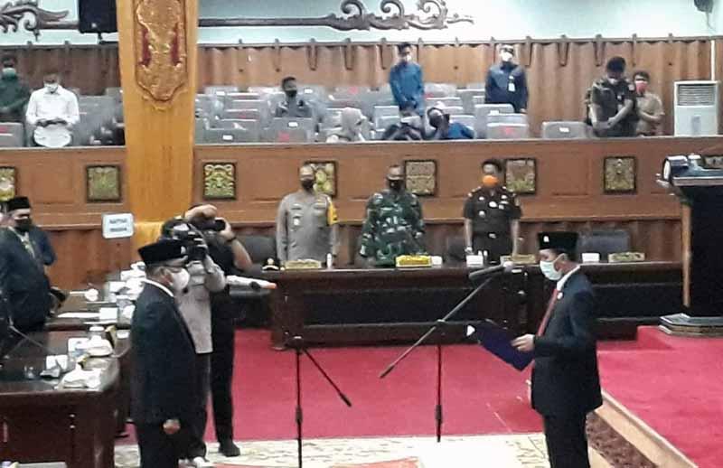FOTO : Ketua DPRD Provinsi Jambi Edi Purwanto Melantik Syahruddin menjadi Anggota DPRD Provinsi Jambi Pergantian Antar Waktu (PAW) Masa Tugas 2019-2024, Senin (11/01/21).