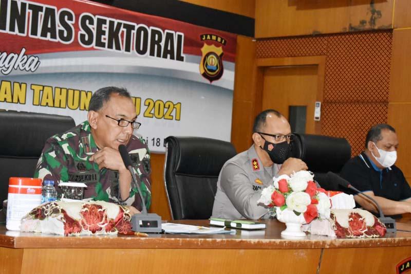 FOTO : Danrem 042/Gapu Brigjen TNI M. Zulkifki Ketika Menghadiri Rapat Koordinasi lintas Sektoral menjelang Hari Natal dan pergantian Tahun Baru 2021 di Aula Sigenjai Mapolda Jambi, Jumat (18/12/20).