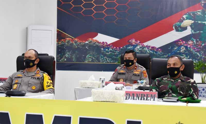 FOTO : Danrem 042/Gapu Brigjend TNI M. Zulkifli dan Kapolda Jambi Irjen Pol Albertus Rachmad Wibowo Saat Mengikuti Rapim TNI-Polri Tahun 2021 melalui Video Conference (Vidcon) bertempat di Rumdis Kapolda Jambi, Senin (15/02/21).