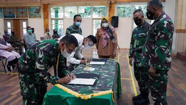 Danrem 042/Gapu Pimpin Penandatanganan Pakta Integritas Rekrutmen Calon Tamtama PK Gelombang II TA 2021, Senin (11/10/21). FOTO : Penrem