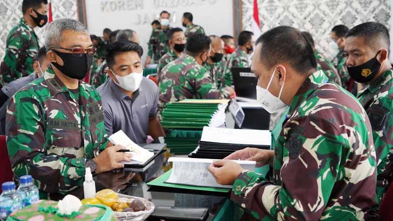 FOTO : Komandan Korem 042/Gapu Brigjen TNI M. Zulkifl menyambut kedatangan Tim pengawasan Post Audit Itjenad di Makorem 042/Gapu, Selasa (16/02/21).