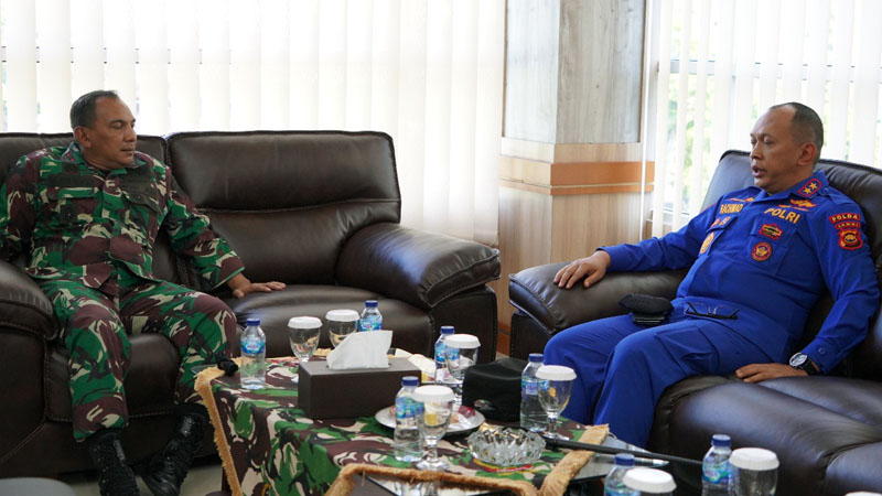 FOTO : Danrem Brigjen TNI M. Zulkifli dan Kapolda Jambi Irjen Pol A Rachmad Wibowo, S.IK Saat Berbincang di Makorem 042/Gapu Jambi, Selasa (01/12/20)