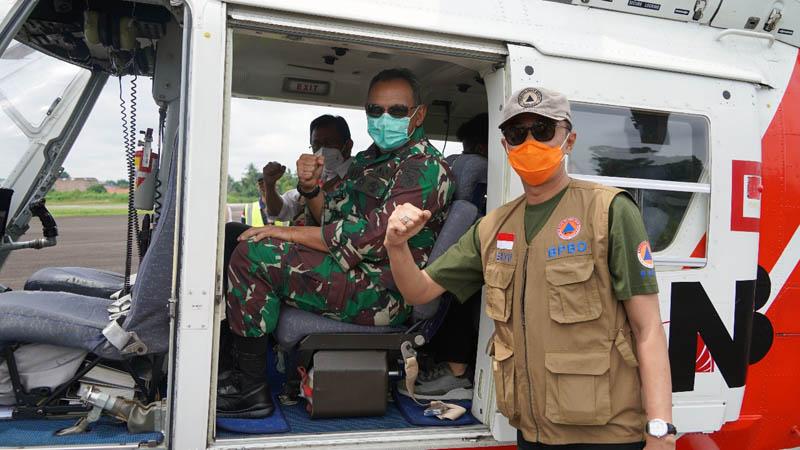 FOTO : Danrem 042 Gapu dan Pjs Gubernur Patroli Udara Pantau Karhutla dan Banjir Menggunakan Helikopter BPBD, Sabtu (28/11/20).