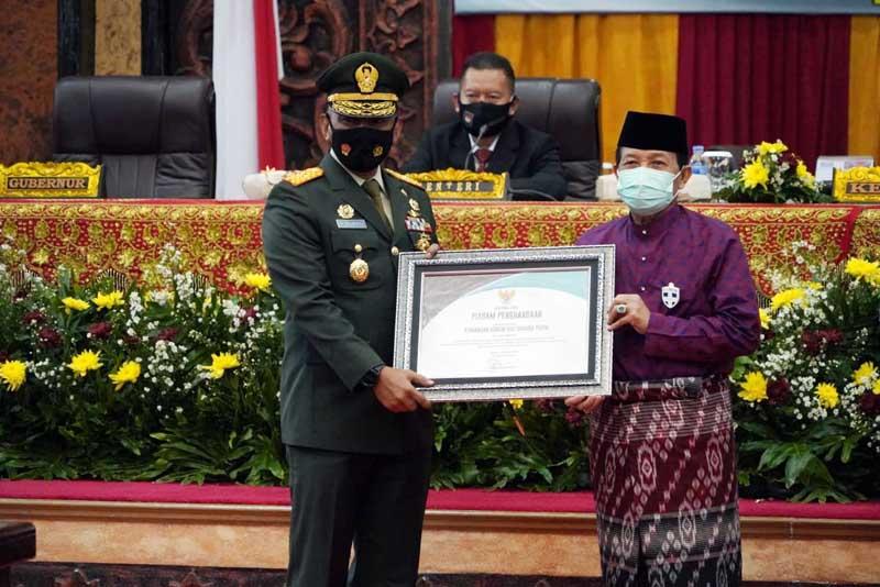 FOTO : Danrem 042/Gapu Brigjen TNI M. Zulkifli Saat Menerima Piagam Penghargaan dari Pemerintah Provinsi Jambi yang Diserahkan oleh Gubernur Jambi Dr. H. Fachrori Umar, M.Hum, Rabu (06/01/21).