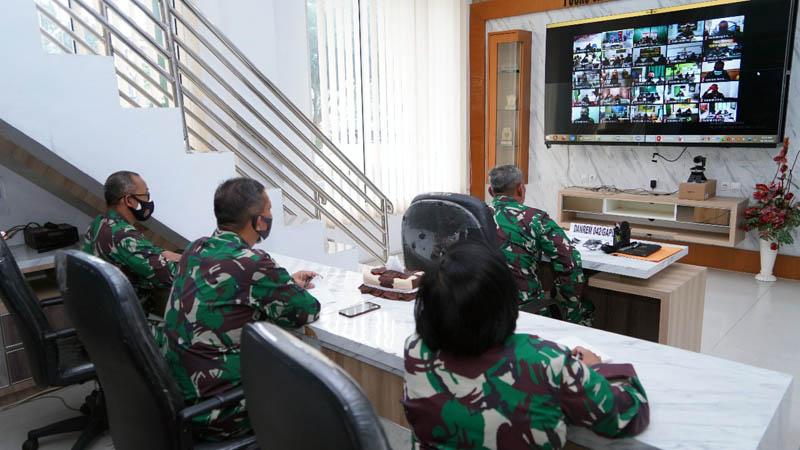 FOTO : Komandan Korem 042/Gapu, Brigjen TNI M. Zulkifli Ketika Memberi Pengarahan Kepada Satuan Jajaran Korem 042/Gapu Secara Virtual, Senin (19/10/20).