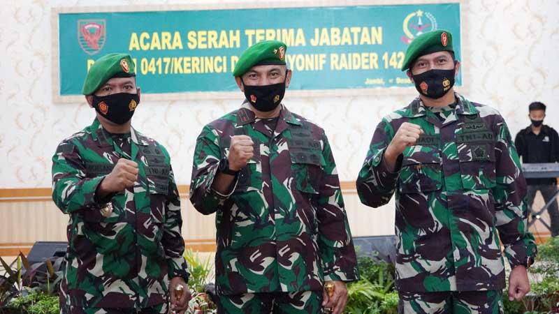 FOTO : Komandan Korem 042/Gapu Brigjen TNI M. Zulkifli Memimpin Upacara Serah Terima Jabatan Komandan Kodim 0417/ dan Sertjiab Danyonif Raider 142/KJ di Balai Prajurit Makorem 042/Gapu Kamis (17/12/20).