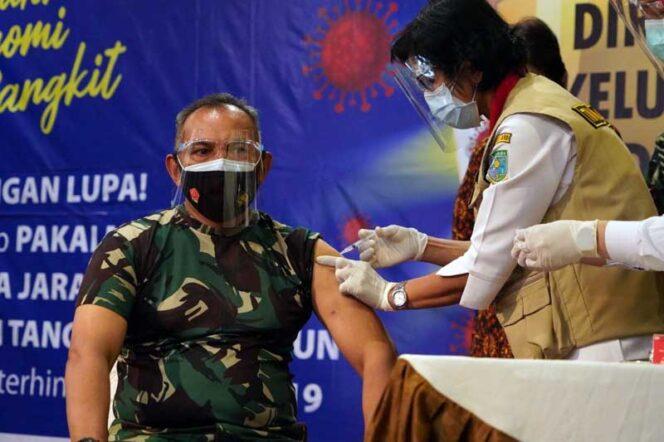 FOTO : Danrem 042/Gapu Brigjen TNI M. Zulkifli dan Kapolda Jambi, Irjen Pol A Rachmad Wibowo hari ini jadi orang yang pertama di vaksin Covid-19 dalam acara Pencanangan Vaksinasi Covid-19 tingkat Provinsi bersama Forkopimda di Rumah Dinas Gubernur Jambi, Kamis (14/01/21).