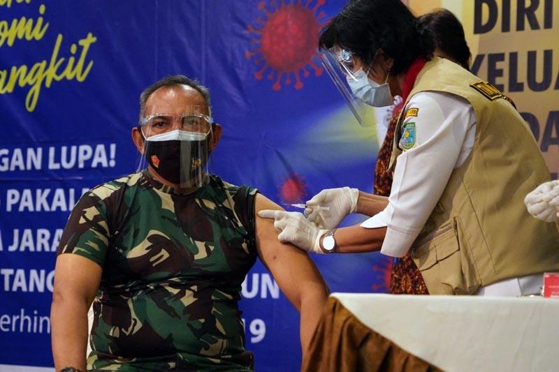 FOTO : Danrem 042/Gapu Brigjen TNI M. Zulkifli hari Ini Jadi Orang Yang Pertama di Vaksin Covid-19 dalam acara Pencanangan Vaksinasi Covid-19 tingkat Provinsi bersama Forkopimda di Rumah Dinas Gubernur Jambi, Kamis (14/01/21).
