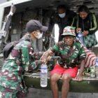 Personel TNI dari Kolakops Korem 172/PWY Ketika Mengevakuasi 3 Warga ke Jayapura Menggunakan Hellycopter Type 412 EP TNI-AD Noreg HA-5155, Rabu (22/9/21).