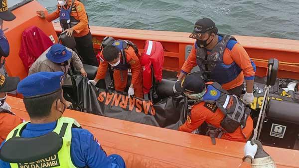 Tim SAR Basarnas Gabugan Ketika Mengevakuasi Jasad Korban Menggunakan Kantung Mayat.