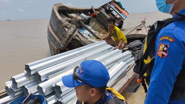 Polisi Evakuasi Pompong Karam di Perairan Kuala Tungkal-Kuala Kerang, Jumat (10/9/21). FOTO : SATPOAIRUS Polres Tanjabbar