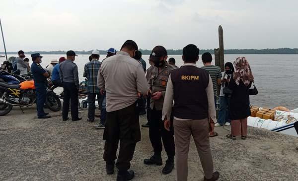 Pengawasan Rutin Petugas Gabungan Setiap Kedatangan Kapal Cepat Via Pulau Batam di Pelabuhan Marina Kuala Tungkal. FOTO : Ist