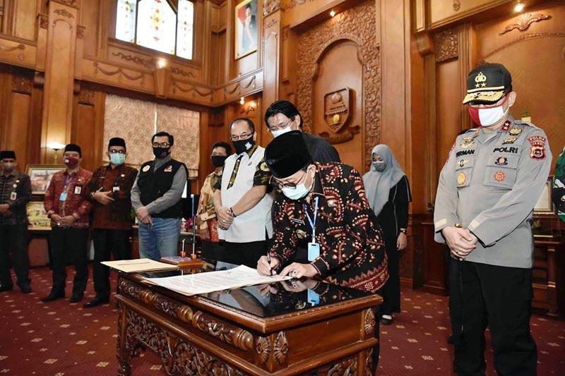 FOTO : Penandatanganan Pernyataan Sikap Masyarakat Provinsi Jambi Menolak Penyalahgunaan dan Peredaran Gelap Narkotika di Provinsi Jambi oleh Gubernur Jambi H. Fachrori Umar, Jumat (26/06/20).