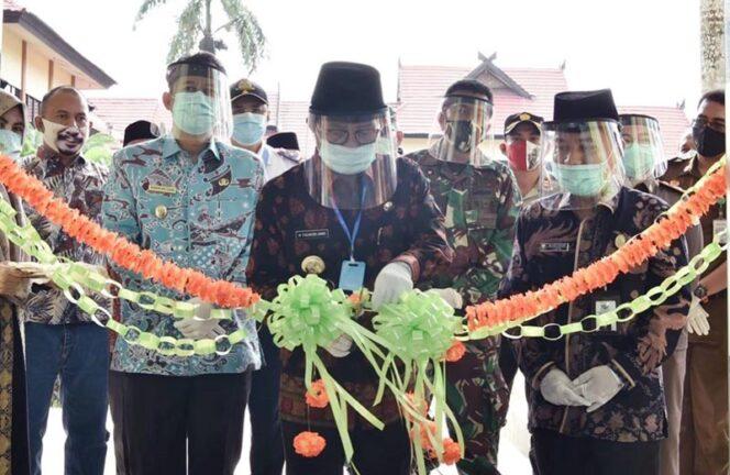 FOTO : Gubernur Jambi Dr. H. Fachrori Umar Memotong Pita Tanda Peresmian Balai Pelatihan Kesehatan (Bapelkes) Provinsi Jambi sebagai Tempat Isolasi Mandiri Penanganan Covid-19 di Pijoa Kabupaten Muaro Jambi, Kamis (25/06/20).