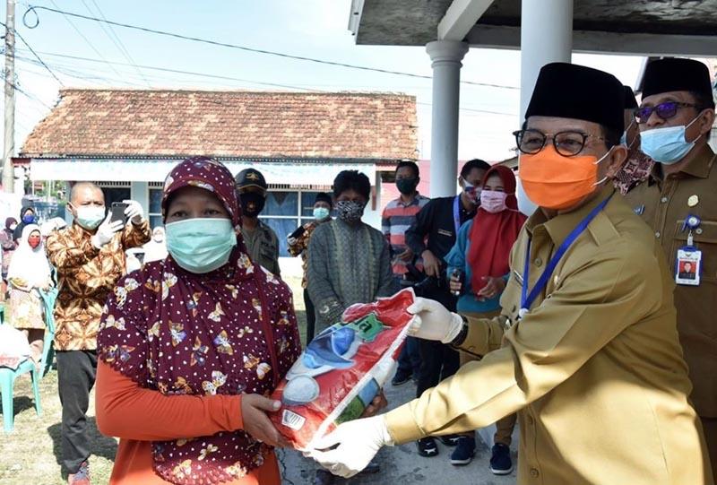 FOTO : Gubernur Jambi Fachrori Umar Saat Menyerahkan Bantuan Sembako dari PUSKUD Provinsi Jambi Kepada Masyarakat di halaman Kantor PUSKUD Provinsi Jambi, Telanaipura - Jambi, Senin (11/05/20).