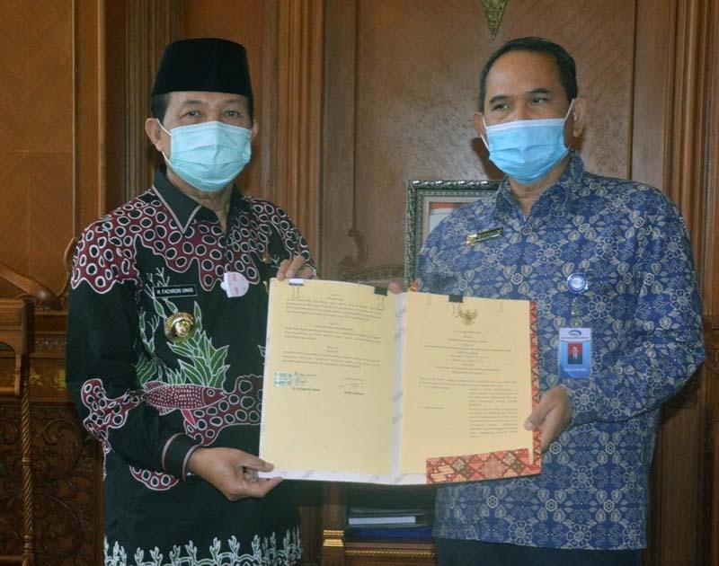 FOTO : Gubernur Jambi, Fachori Umar menandatangani MoU dengan Kepala Perwakilan BPKP Provinsi Jambi Sueb Cahyadi, tentang Pelaksanaan Pengawasan Penyelenggaraan Pemerintahan Daerah, Kamis (10/12/20).