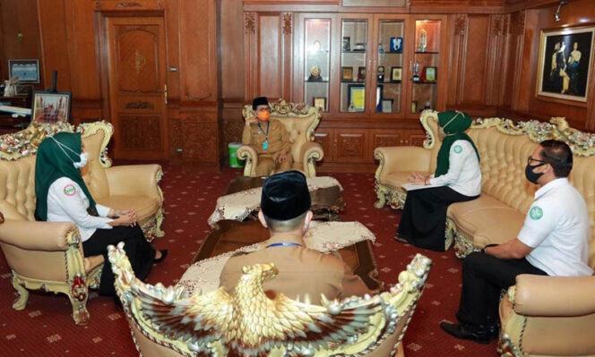 FOTO : Gubernur Jambi H. Fachrori Umar didampingi Staf Ahli Sri Anggunaini menerima kunjungan Kepala BPJS Provinsi Jambi di Ruang Kerjanya, Senin (04/05/20).