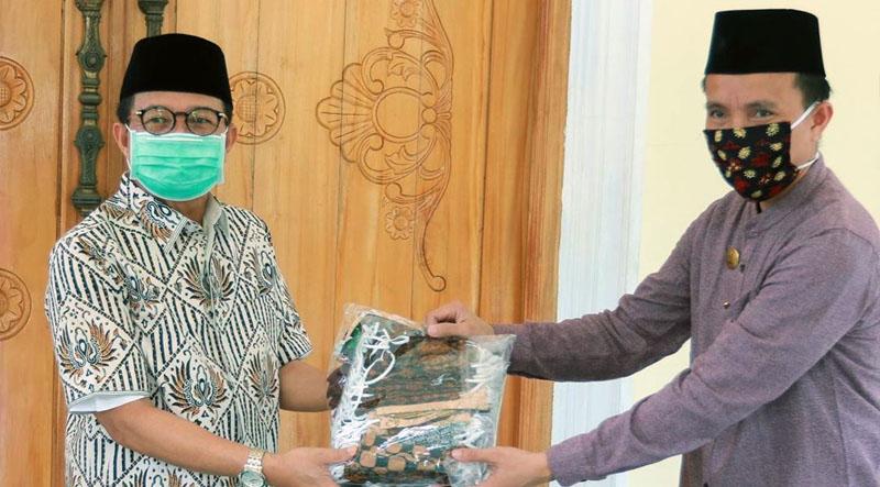 FOTO : Gubernur Jambi Dr. H. Fachrori Umar Menyerahkan 1.000 Masker Kepada Pengelola Pasar Angso Duo M. Purnomo Sidi di Rumah Dinas Wakil Gubernur, Jum'at (10/04/20)