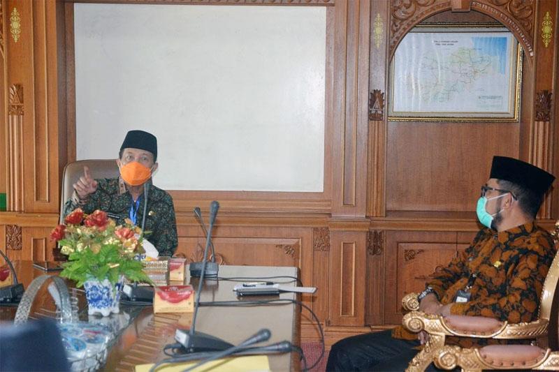 FOTO : Gubernur Jambi Dr. H. Fachrori Umar pimpin langsung rapat terkait penanganan dan pencegahan penyebaran Covid-19 berlangsung di Ruang Kerja Gubernur Jambi, Kamis(16/04/20).