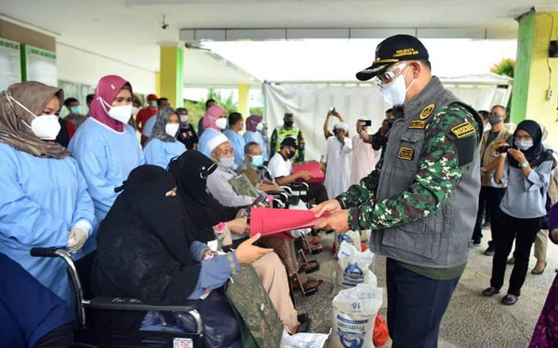 FOTO : Walikota Jambi, Syarif Fasha Melepas Kepulangan 6 orang warga Kota Jambi sebelumnya pasien Positif Covid-19 di RSU Abdul Manaf Kota Jambi, Minggu siang (12/07/20).