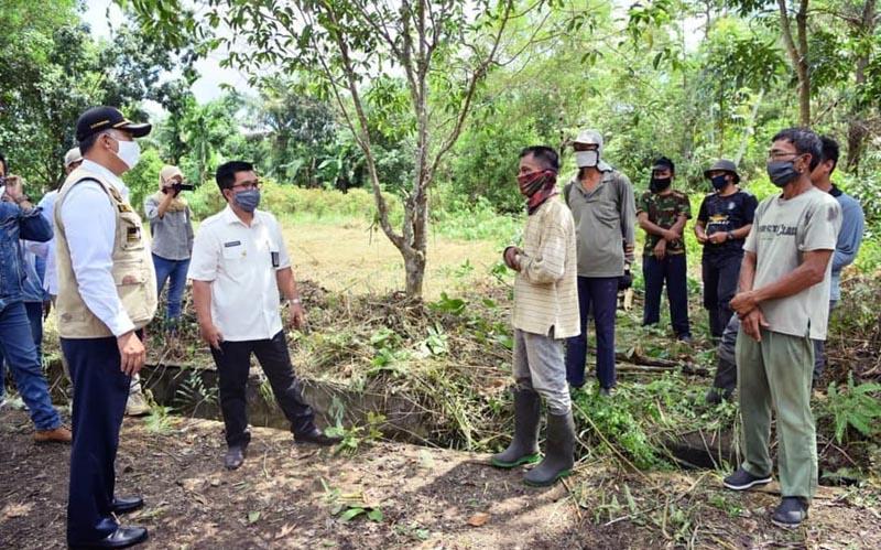 FOTO : Wali Kota Jambi Dr. H. Syarif Fasha, ME saat Meninjau Lokasi TPU di Kota Jambi (29/04/20).