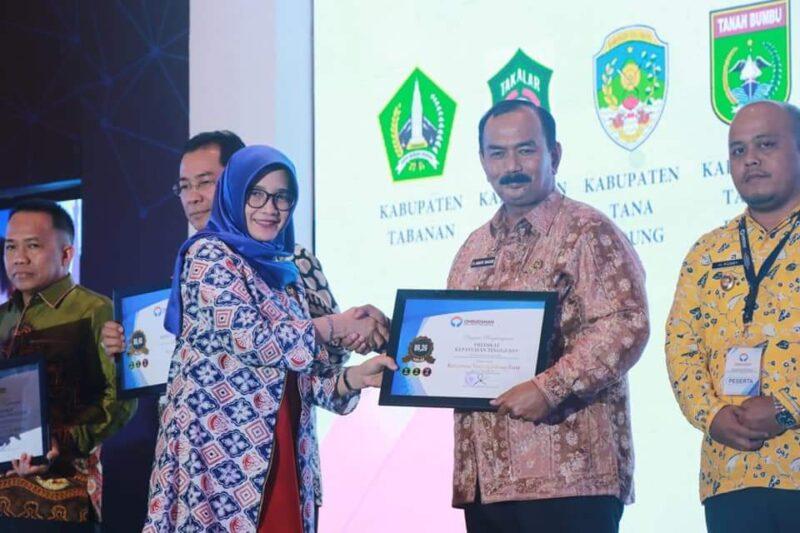 FOTO : Wakil Bupati Tanjab Barat Drs. H. Amir Sakib Saat Penganugrahan Pedikat Kepatuhan Pelayanan Publik Tahun 2019 di Jakarta, Rabu (27/11/19).