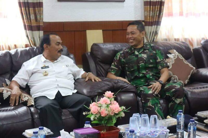 FOTO : Wakil Bupati Tanjung Jabung Barat H. Amir Sakib dan Komandan Pangkalan TNI Angkatan Laut (Danlanal) Palembang Letkol Laut (P) Suryanto di ruang kerjanya, Rabu (11/12/19)