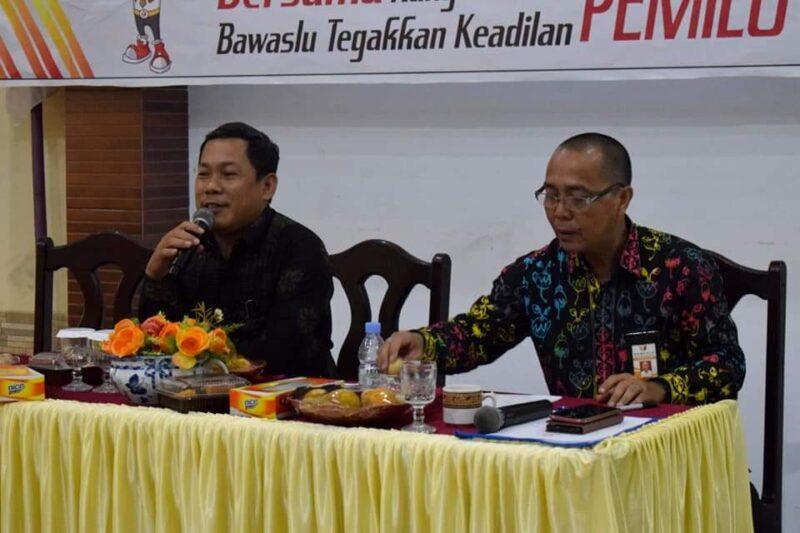 FOTO : Ketua Bawaslu Tanjab Barat Hadi Siswa, S.Pd.I Membuka Rapat Pembinaan SDM Pengawasan, di Aula Hotel Masa Kini Kuala Tungkal, Kamis (13/02/20).
