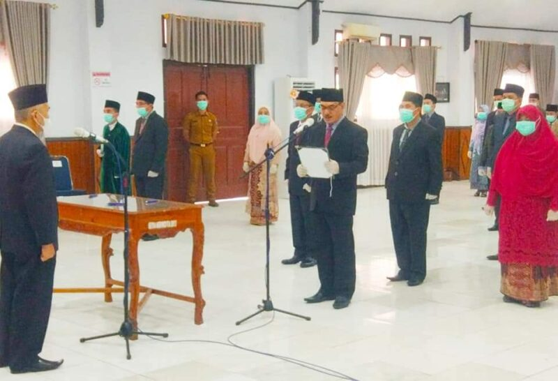 FOTO : Bupati Kerinci Dr. H. Adirozal Saat Melakukan Prosesi Pelantikan 17 Pejabat JPT, Selasa (29/12/20)/jambihariini.com