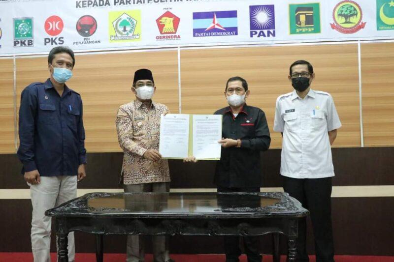 Acara Penandatanganan berita acara serah Terima bantuan keuangan parpol Kabupaten Tanjab Barat Tahun Anggaran 2021. FOTO : Prokopim.