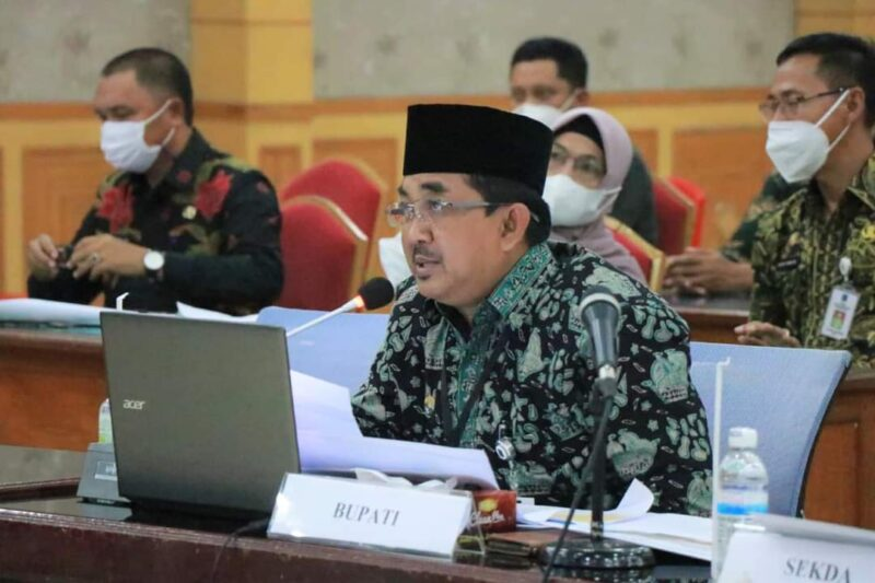 Bupati H. Anwar Sadat Ketika Ikuti Evaluasi SAKIP dan RB Kab. Tanjab Barat Tahun 2021 oleh MenPAN-RB, Kamis (26/08/21). FOTO : PROKOPIM