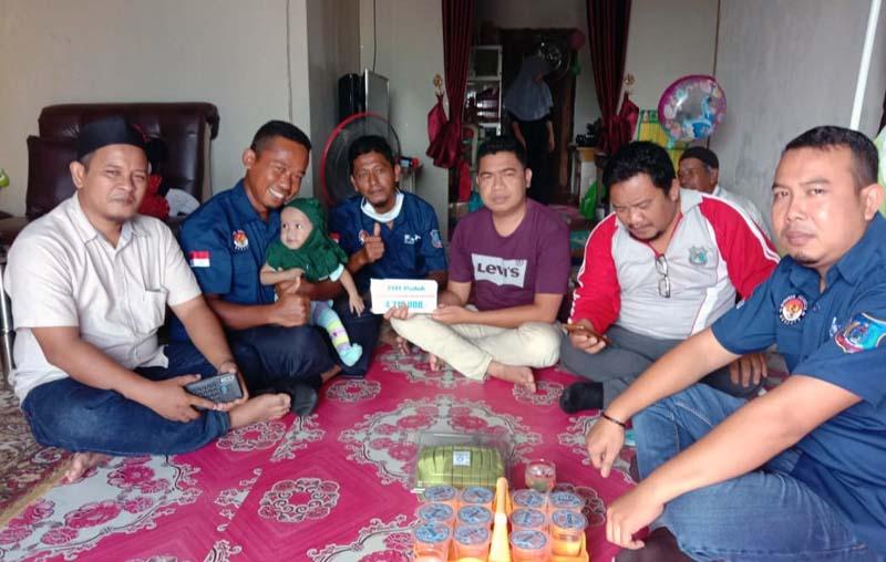 FOTO : Perwakilan Forum Honorer Tanjung Jabung Barat Saat Kunjungan ke Rumah Aisyah Nazwa Oktari, Jumat (08/01/20).