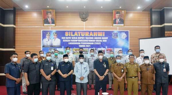Dokumentasi Rapat Kerja Pemkab Tanjab Barat dengan Forum TJSLP Tanjab Dipimpin Langsung Bupati H. Anwar Sadat di Rumah Dinas Bupati, Selasa (21/9/21). FOTO : PROKOPIM